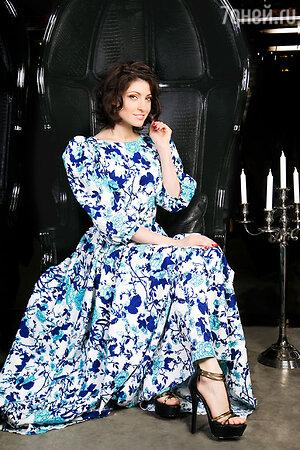 Анастасия Макеева в  платье  Beloe Zoloto и босоножках  Steve Madden