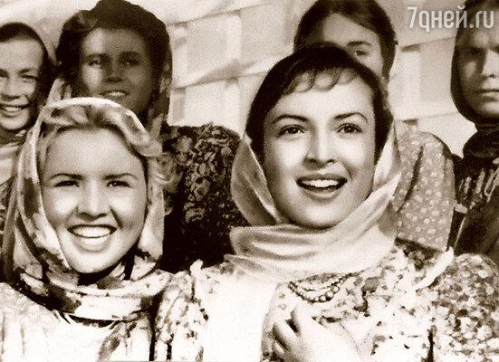 На съемках Пырьев Савиновой проходу не давал. На фото — Катя (слева) и Клара Лучко