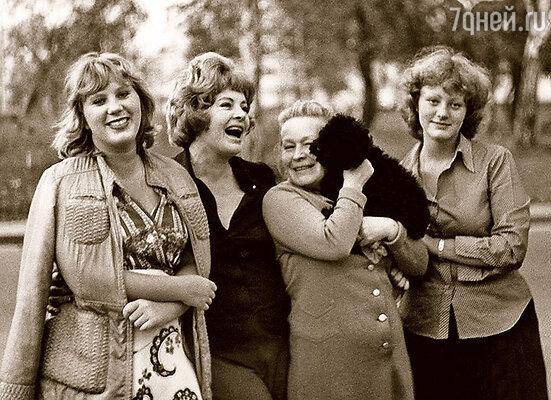 Ларионова с подругой Светланой Павловой и дочерьми Аленой (слева) и Ариной