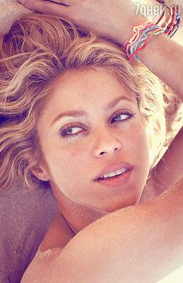 Певица Шакира не хочет расставаться с браслетами и бусами даже в воде