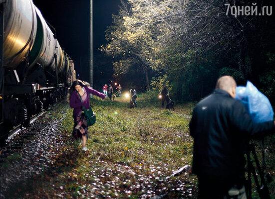 В последний вагон уходящего поезда вместо молодой актрисы Марии Козаковой запрыгивала девушка-каскадер