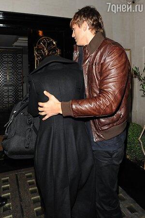 Эштон Катчер  (Ashton Kutcher) прячет Милу Кунис (Mila Kunis)  от объективов. Американские таблоиды подозревают, что Мила беременнна.