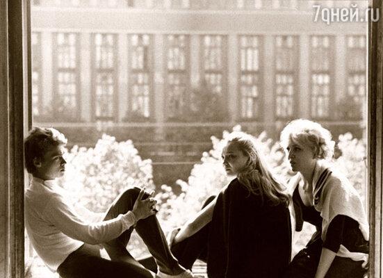 ВГИК, после занятий танцами (Александр Сныков, Наталья Гвоздикова и Надежда Репина)