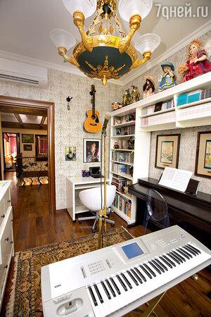 «Сейчас я живу у мамы — в нашем доме идет капитальный ремонт. Поэтому пришлось все мои музыкальные инструменты перевезти сюда»