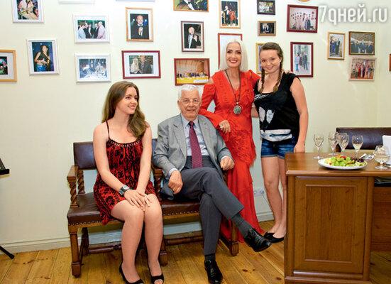 Сопредседатель конкурса Раймонд Паулс с внучкой Моникой и Лайма Вайкуле с племянницей Аней