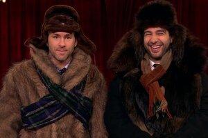 Веселье по-русски: Райан Рейнольдс и Иван Ургант примерили валенки и поиграли в снежки