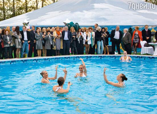 Выступает сборная России по синхронному плаванию