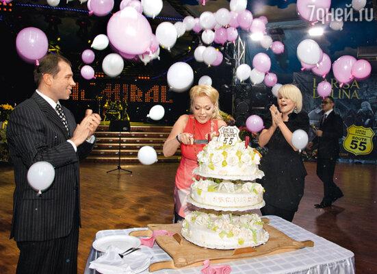 Оригинальный торт — один из множества сюрпризов, устроенных в этот вечер Ильей для любимой супруги