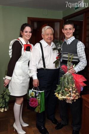 Дарья Авратинская, Олег Табаков и  Павел Табаков после премьерного спектакля  «Год, в котором я не родился»