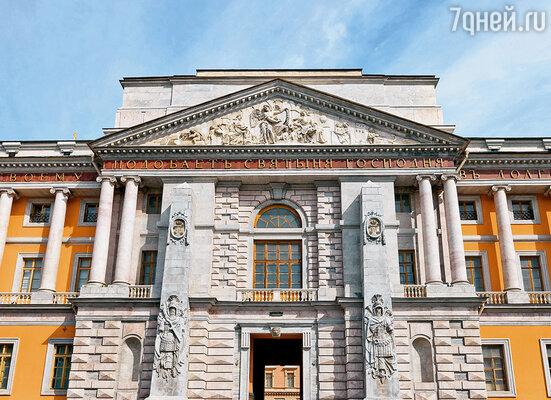 Надпись на фронтоне  Михайловского замка содержит сорок семь букв —  сорок седьмой год шел Павлу 1, когда его задушили
