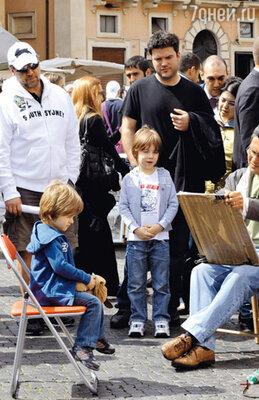Теннисон позирует уличному художнику