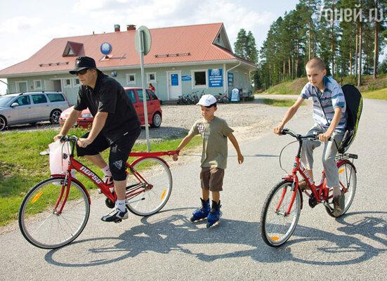 Алексей на велопрогулке с 7-летним Сеней и 13-летним Никитой Кайани— Москва