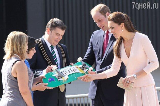 Кейт и Уильяму подарили скейт с именем сына