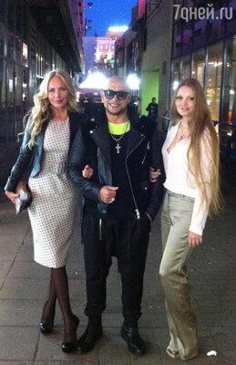 Игорь Гуляев вел фоторепортаж в «Твиттере», причем не только с презентации, но и по дороге на нее