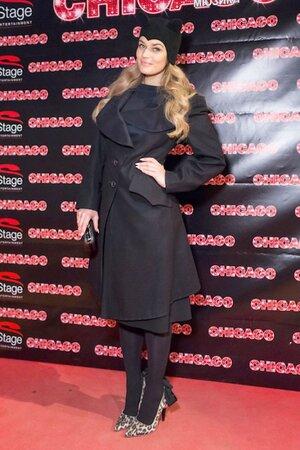 Алена Водонаева в пальто от Vivienne Westwood, туфлях от Lanvin for H&M, в головном уборе от Lilia Fisher на премьере мюзикла «Чикаго»