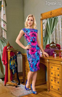 Это платье-«футляр» привлекло Юлю яркой расцветкой, нопевица опасалась сначала, что фасон ейнеподойдет. Опасения оказались напрасными!