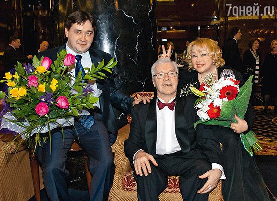 «Улыбайся, Жариков! Это будет твой лучший кадр в жизни!» — от души смеялась Наталья Гвоздикова, приставляя мужу «рожки». Юбиляр с женой и сыном Федором