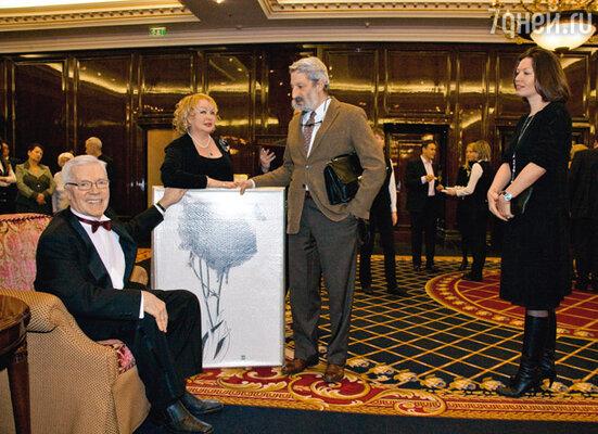 Художник Сергей Цигаль подарил от себя и своей спутницы Кати (она справа) чужую картину