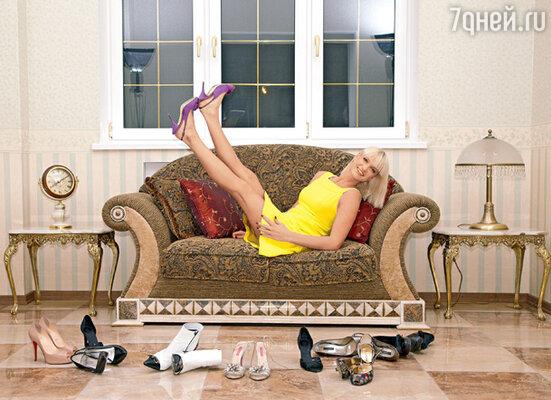 «К каблукам я привыкала трудно, долго училась их носить, страшно болели ноги. Но теперь уже не представляю себя на плоской подошве»
