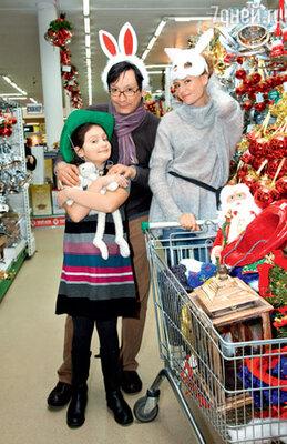 Егор Кончаловский с женой Любовью Толкалиной и дочерью Машей. Место съемки : ТК «Твой дом» (Крокус Сити)