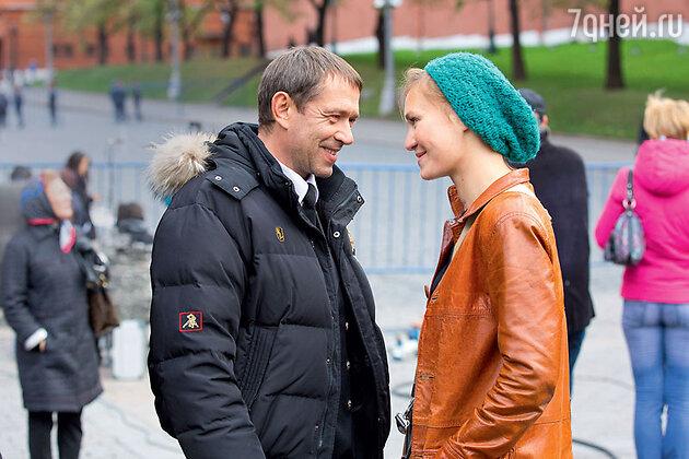 Дочь Машкова Мария заехала на съемки, чтобы повидаться с отцом