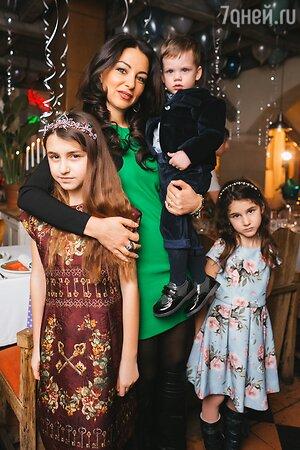 Жена Турецкого Лиана с дочками Эммануэль и Беатой и внуком Ваней