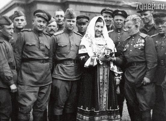 «Русланова была единственной певицей, которая в дни Победы пела у Рейхстага и Бранденбургских ворот. Никак не могла уйти — солдаты слушали ее «Валенки» до бесконечности». Лидия Русланова у стен Рейхстага, май 1945 года