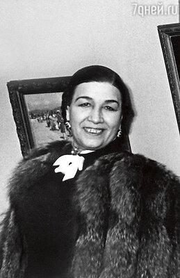 «Многие запомнили маму встилизованных народных костюмах. Но когда она исполняла романсы, топоявлялась в роскошных вечерних туалетах и накидках из серебряных лис и горностая». Лидия Русланова 1947 год