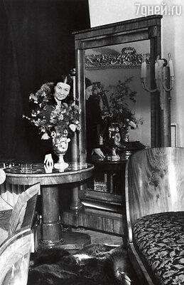 «Лидия Андреевна была страстным коллекционером, покупала живопись иантиквариат: фарфор, мебель, предметы интерьера. Ейдаже звонили из комиссионок, если в продажу поступало что-то интересное». Лидия Русланова в своей квартире в Москве. 40-е годы