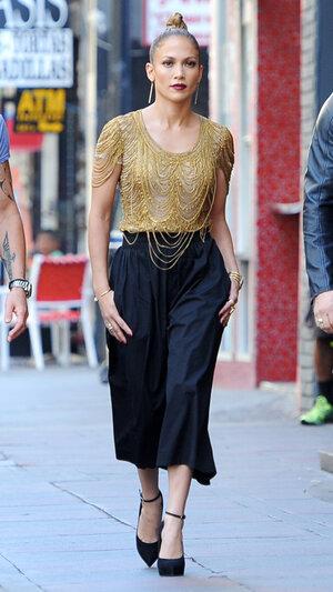 """Дженнифер Лопес в топе от Naeem Khan, брюках от Alice + Olivia и туфлях от Giuseppe Zanotti на съемках шоу """"American Idol"""""""