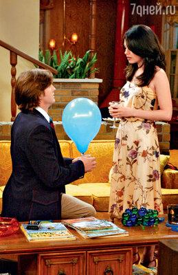 Катчер был бы счастлив сделать Миле предложение сию же минуту, но мучительный развод с Деми Мур все тянется и тянется из-за финансовых разногласий супругов. (Эштон Катчер и Мила Кунис в сериале «Шоу 70-х». 2005 год)