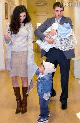 Екатерина Климова и Игорь Петренко с сыном Матвеем и новорожденным