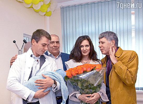 С новорожденным знакомятся его дедушки — Александр Григорьевич и Петр Владимирович...