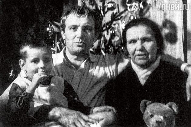Иннокентий Смоктуновский с матерью Анной Акимовной и сыном Филиппом