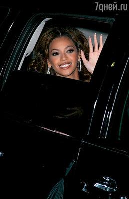 Певица Бейонси готова была отказаться от гастролей, если организаторы не предоставят ей десять«Мерседесов» с тонированными стеклами — чтобы папарацци не знали, в каком из них она едет