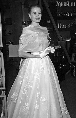 Церемония вручения премии «Оскар». Грейс Келли с клатчем. 1956 г.