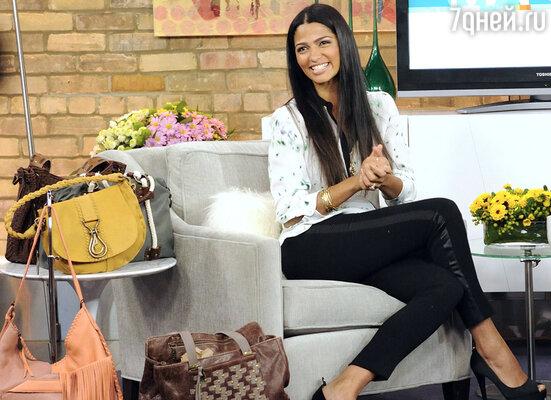 Для большинства голливудских модниц сумки — это настоящая страсть. Жена Мэттью Макконохи Камила Алвес