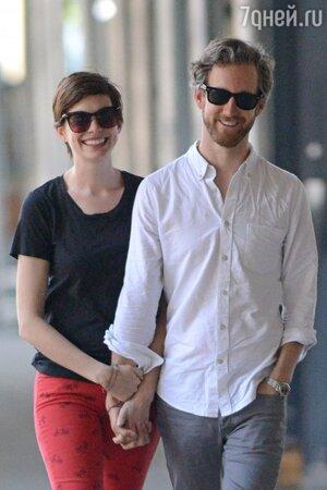 Энн Хэтэуэй (Anne Hathaway) с мужем