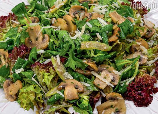 Зеленый салат с шампиньонами