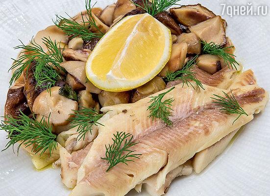 Форель, запеченная в соли, с грибами и мятой