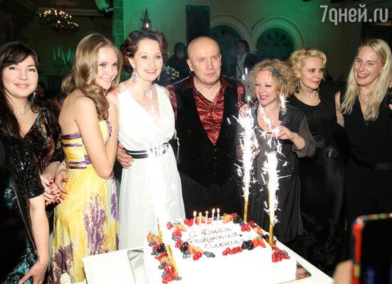 В модном московском ресторане знаменитая актриса Ольга Кабо с размахом отметила двойной юбилей: собственный день рождения и 30-летний рубеж творческой деятельности