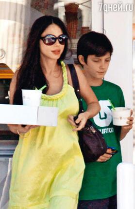 Оксана с сыном Александром (от Тимоти Далтона). 2009 г.