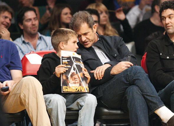 С сыном Томми на баскетбольном матче в Лос-Анджелесе. 2009 г.