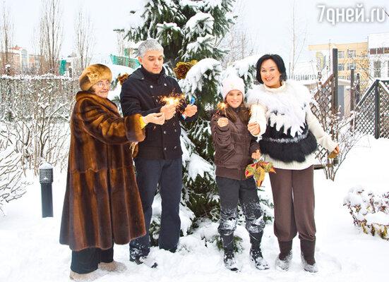 С мамой Альбиной Андреевной, мужем Игорем Бухаровым и дочкой Олей