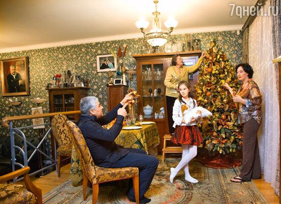 Как бы Гузеева ни была загружена работой, украшение елки не может доверить никому из своих домочадцев, все непременно должна проконтролировать сама