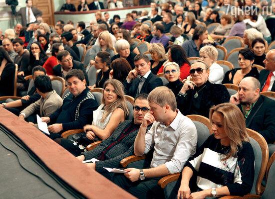 В первом ряду — цвет программы «Прожекторперисхилтон»: Александр Цекало (с женой Викторией), Гарик Мартиросян, Сергей Светлаков