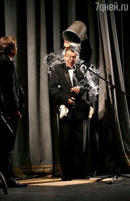 Настоящий актер за искусство — ив огонь, и в воду...