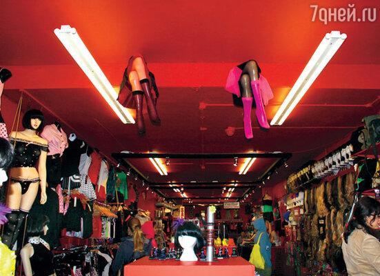 Даже интерьер магазинов выдержан в полубезумном панковском стиле