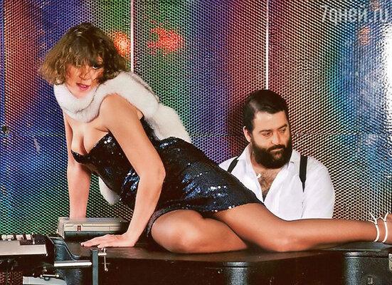 Конец 80-х. Выступление Успенской в русском ресторане в Америке. На рояле — Любовь, за роялем — Михаил Шуфутинский