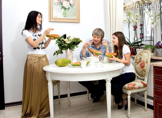 Папайя — любимый пункт рациона семейства Стриженовых, больших поклонников здорового питания